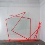 Rabiscada- 2016. Vidros planos- tinta acrílica sobre madeira e cabos de aço. Coleção do artista. Fotografia Mario Grisolli. GRI_9571