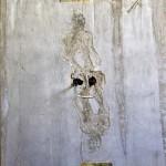 Matheus Rocha Pitta_ Estela # 12 (gola), 2014 _Recorte de jornal, concreto, vidro e aço inoxidável_180 x 100 x 5 cm_crédito Matheus Rocha Pitta
